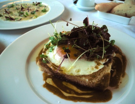 A panaché of warm foie gras with fried egg on toasted brioche